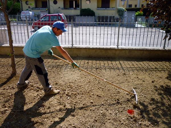 preparazione-terreno-del-giardino-per-semina-manto-erboso-gonzaga